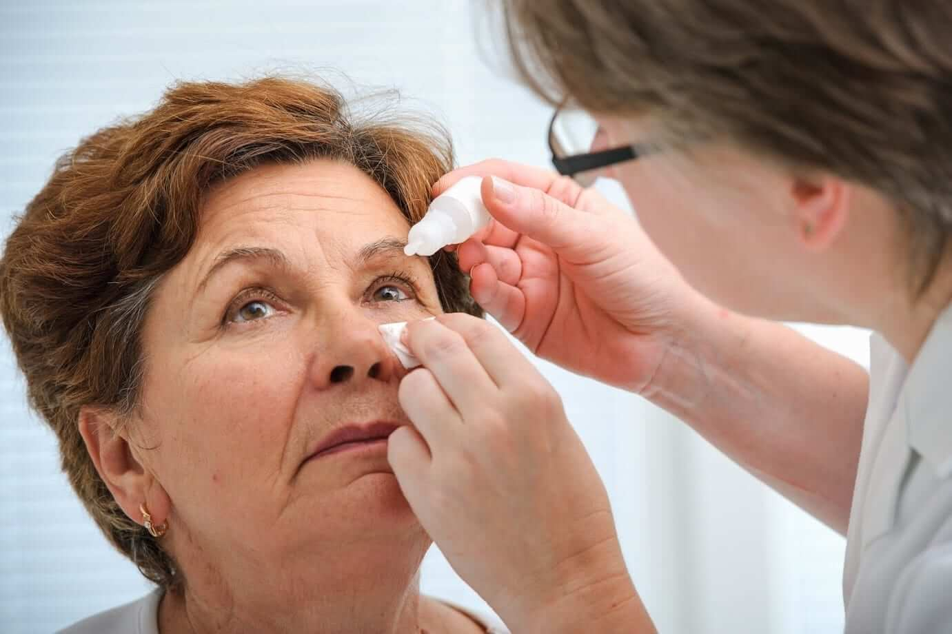 Do's and Don'ts for Dealing With Something Stuck in Your Eye